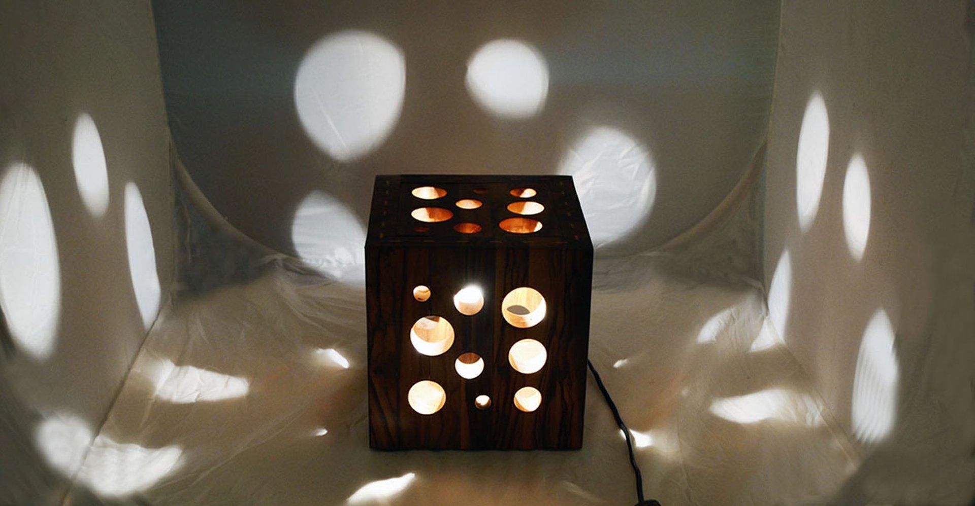 lampe de bureau fait main en bois d olivier italie 1970s. Black Bedroom Furniture Sets. Home Design Ideas