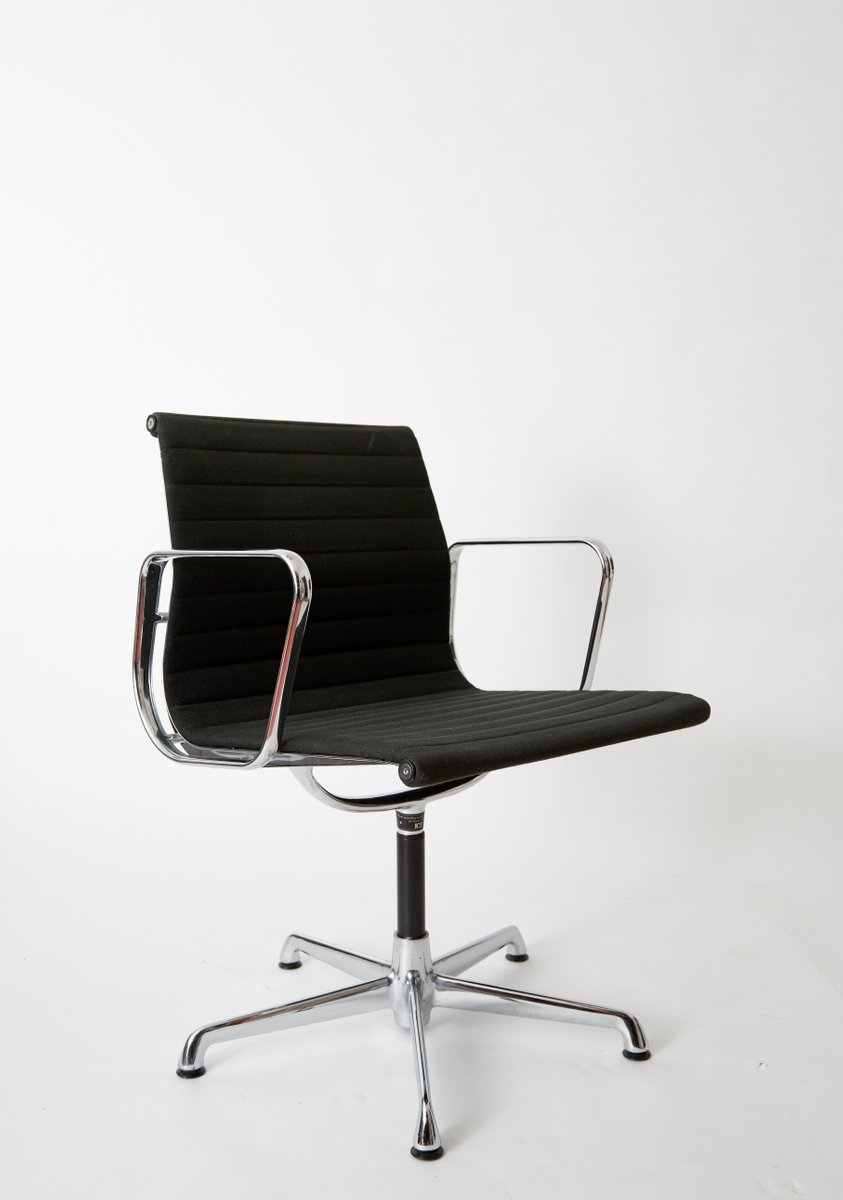 Fauteuil de conf rence ea 108 vintage par charles ray for Fauteuil charles ray eames