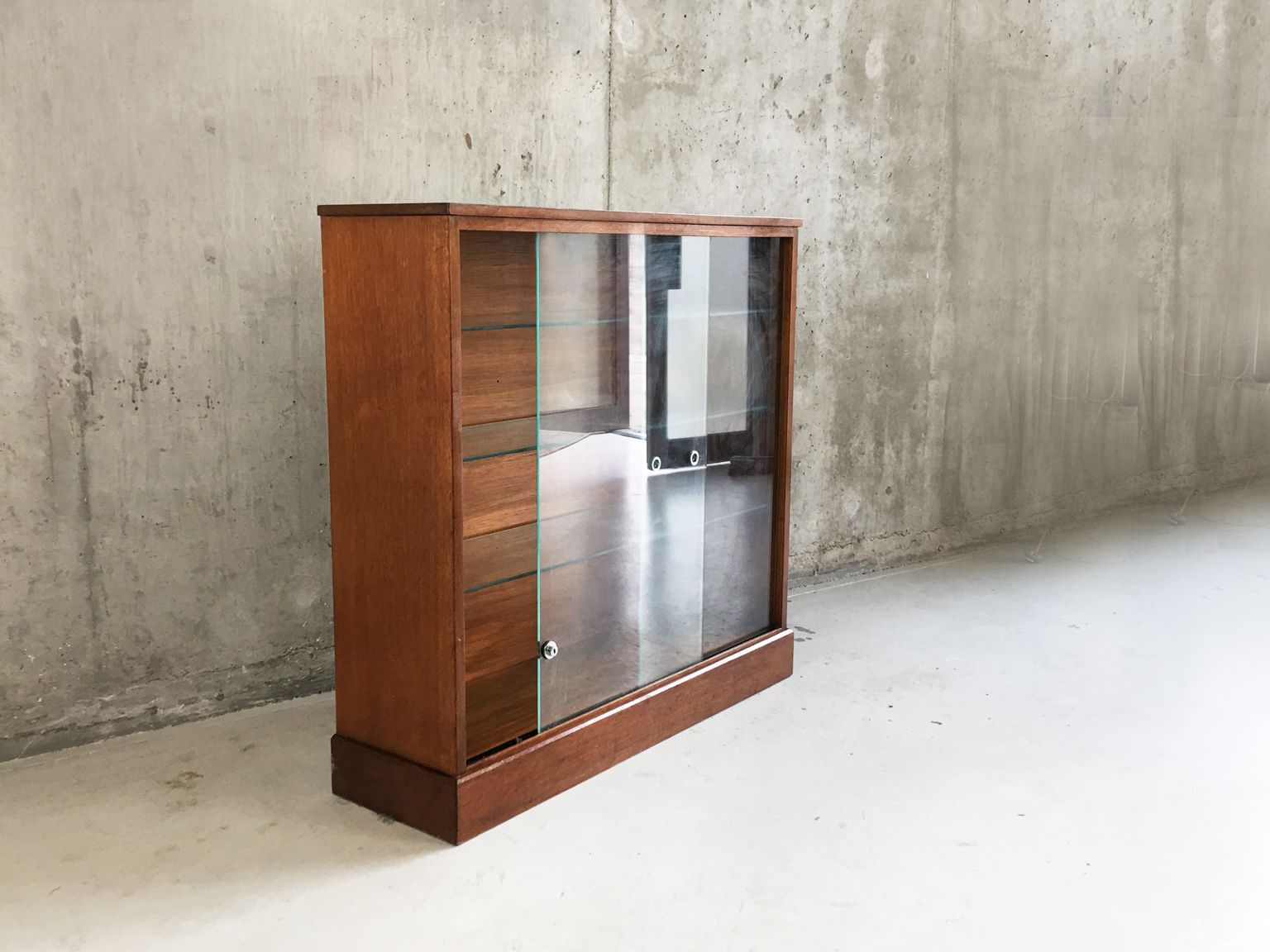 teak b cherschrank mit schiebet ren aus glas 1970er bei pamono kaufen. Black Bedroom Furniture Sets. Home Design Ideas