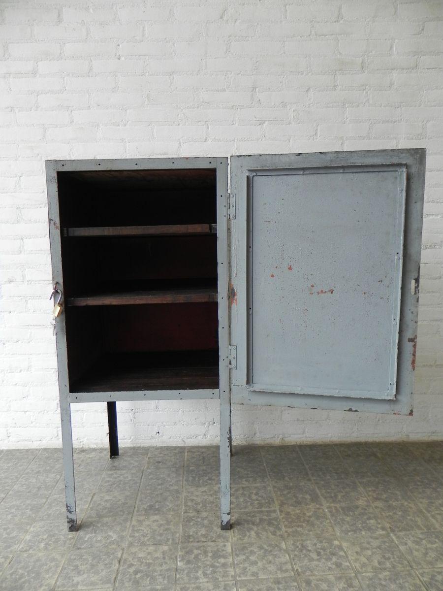 Meuble industriel en acier sur pieds avec porte en vente for Porte patio 8 pieds