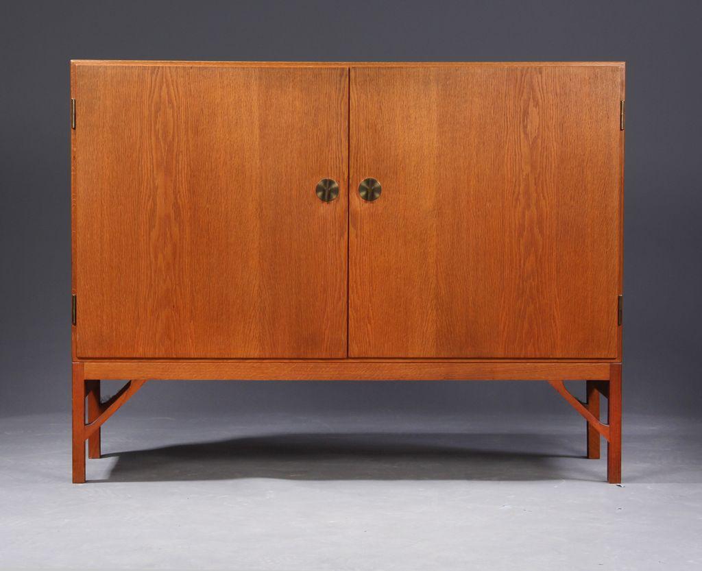kleiner vintage eichenholz schrank mit zwei t ren von borge mogensen f r fdb bei pamono kaufen. Black Bedroom Furniture Sets. Home Design Ideas