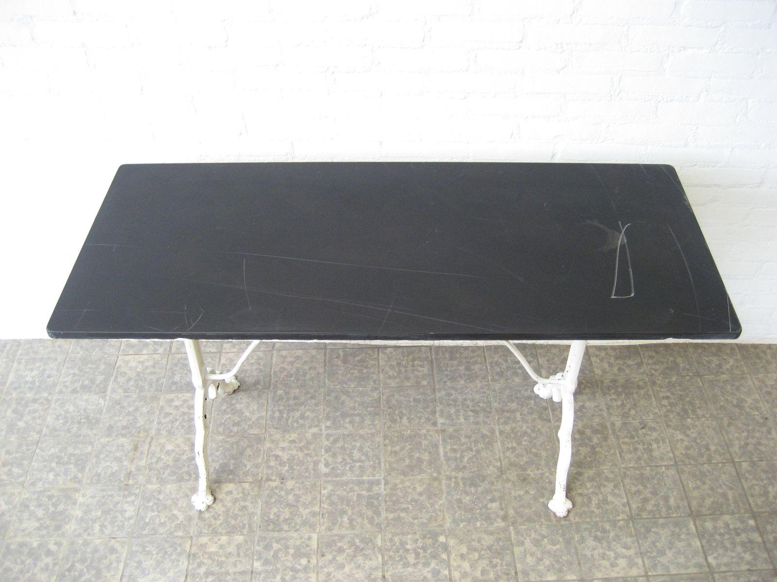 Table de jardin avec plateau en marbre noir de pierre - Table en marbre noir ...