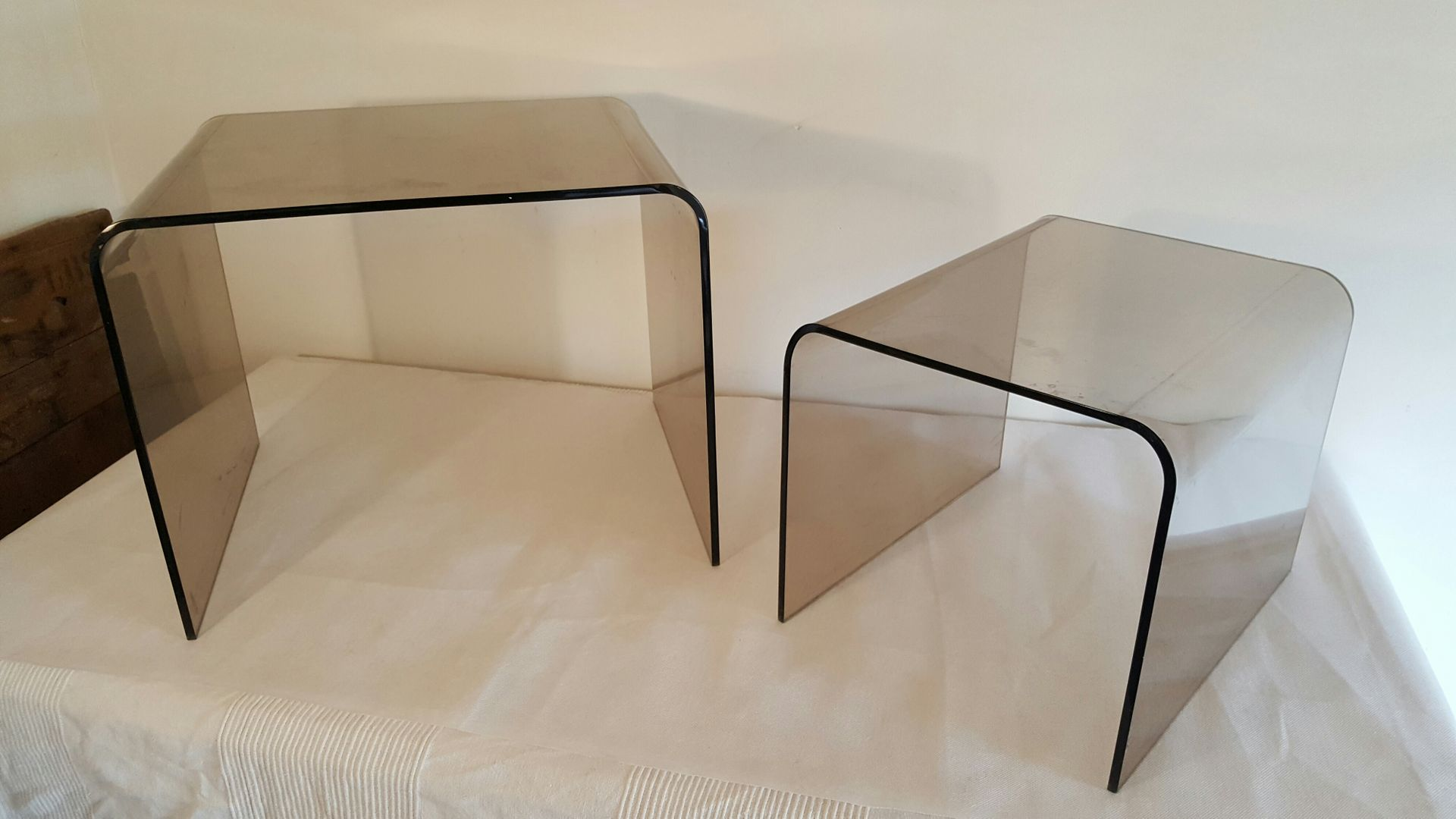 tables gigognes en plexiglas fum 1970s en vente sur pamono. Black Bedroom Furniture Sets. Home Design Ideas