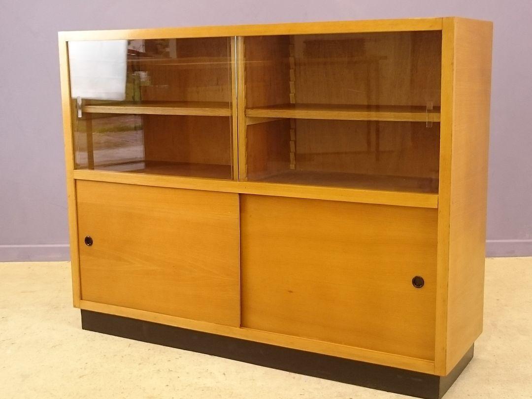 buffet avec vitrine moderniste en ch ne clair 1950s en vente sur pamono. Black Bedroom Furniture Sets. Home Design Ideas