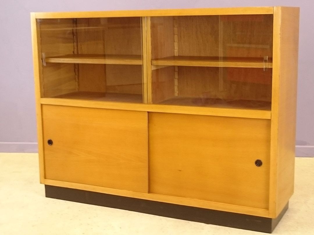 modernes buffet mit vitrine aus hellem eichenholz 1950er bei pamono kaufen. Black Bedroom Furniture Sets. Home Design Ideas