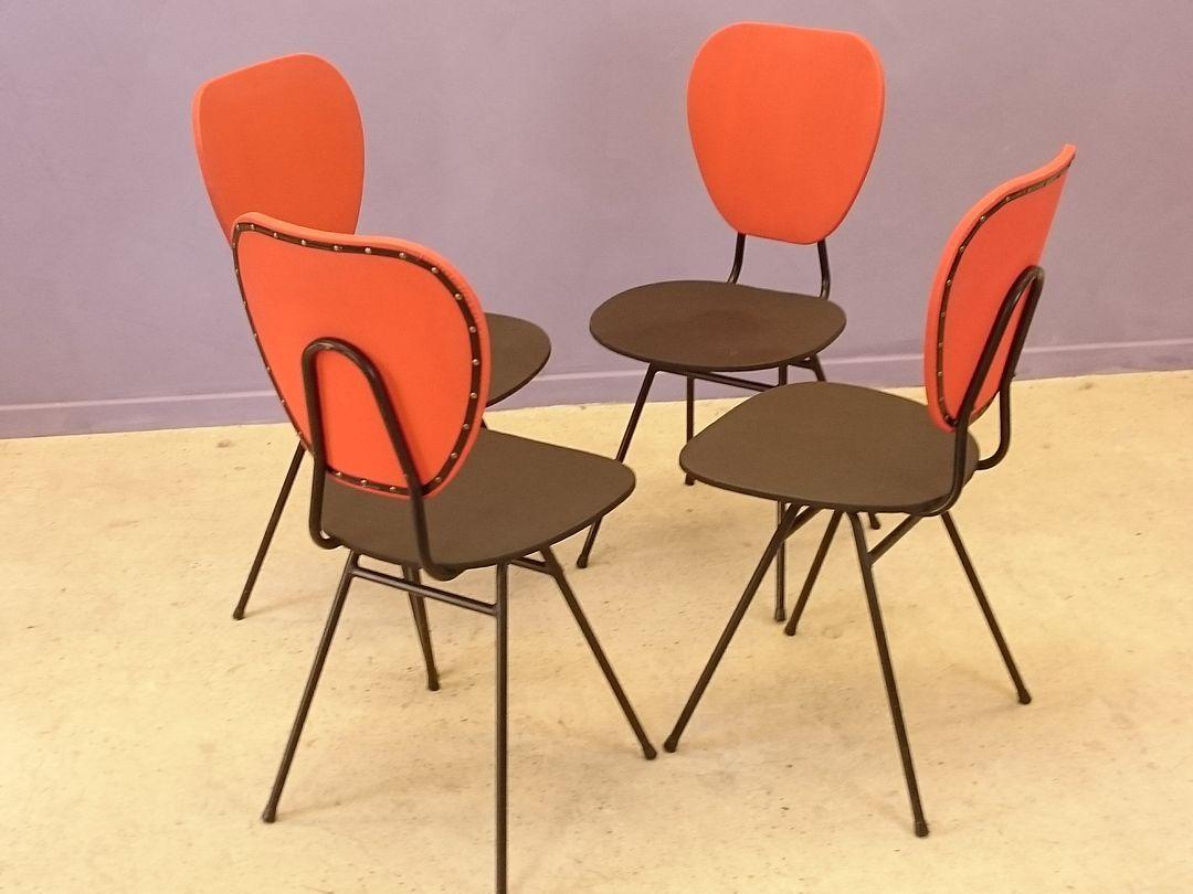 chaises rouges et bleues avec pieds compas par jacques. Black Bedroom Furniture Sets. Home Design Ideas