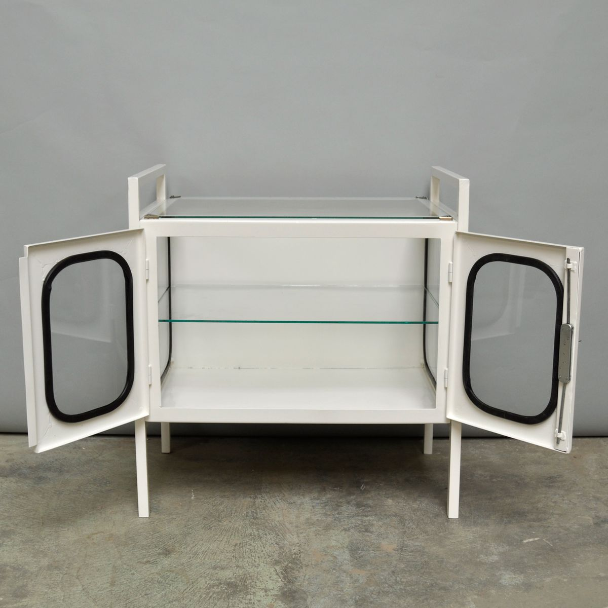 armoire pharmacie en fer et verre hongrie 1970s en. Black Bedroom Furniture Sets. Home Design Ideas
