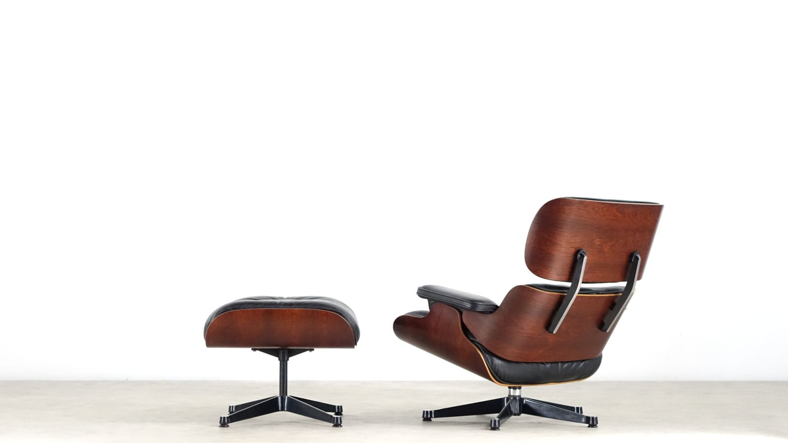 eames sessel und ottomane von charles ray eames f r herman miller bei pamono kaufen. Black Bedroom Furniture Sets. Home Design Ideas