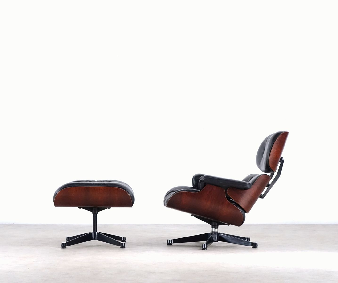 eames sessel und ottomane von charles ray eames f r. Black Bedroom Furniture Sets. Home Design Ideas