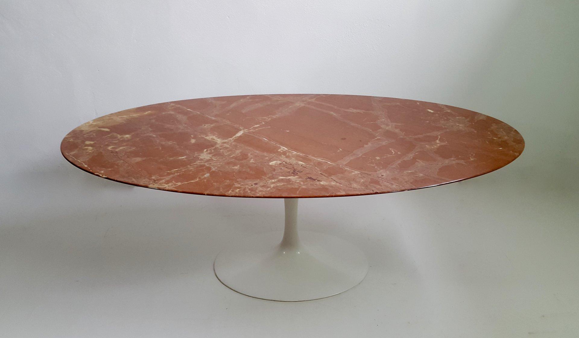 ovaler esstisch aus rotem marmor von eero saarinen f r. Black Bedroom Furniture Sets. Home Design Ideas
