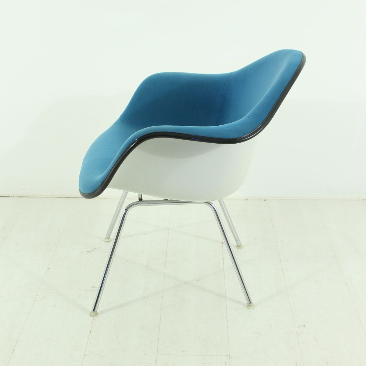 Chaise vintage bleue par charles ray eames pour vitra en for Chaise eames vitra soldes