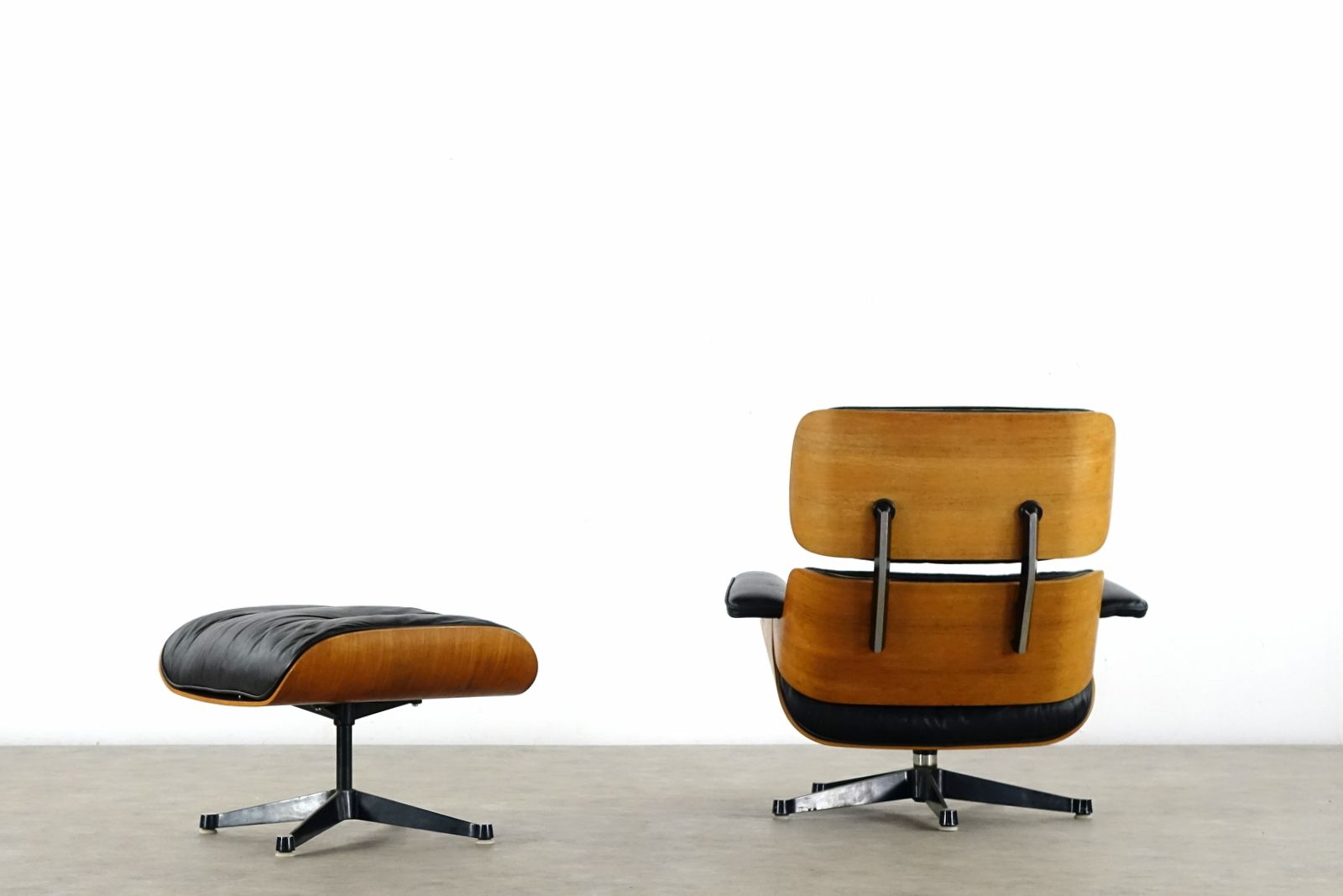 Rosewood lounge chair ottoman by charles ray eames for for Charles eames lounge chair nachbildung