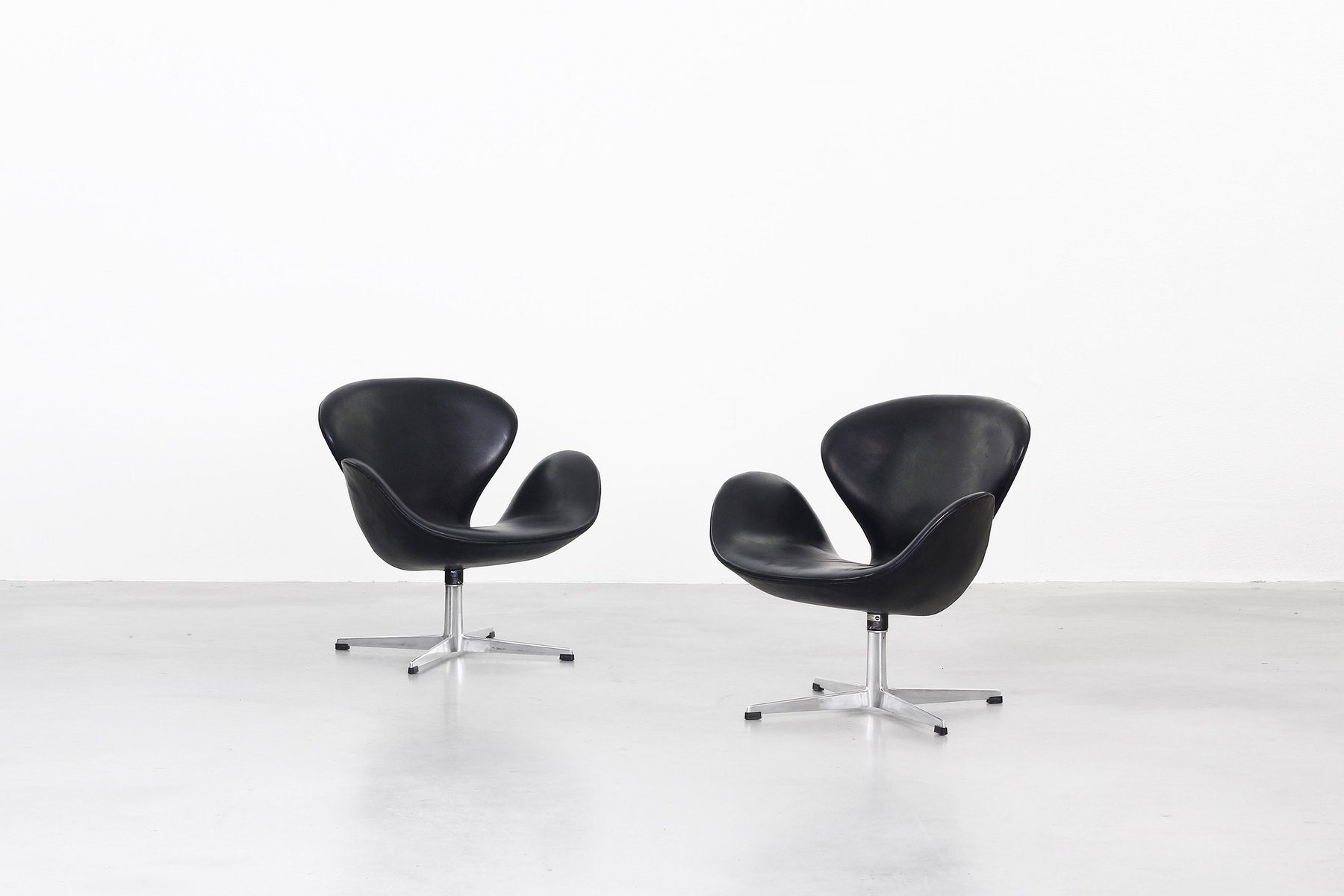 Swan Chairs by Arne Jacobsen for Fritz Hansen 1963 Set of 2 for
