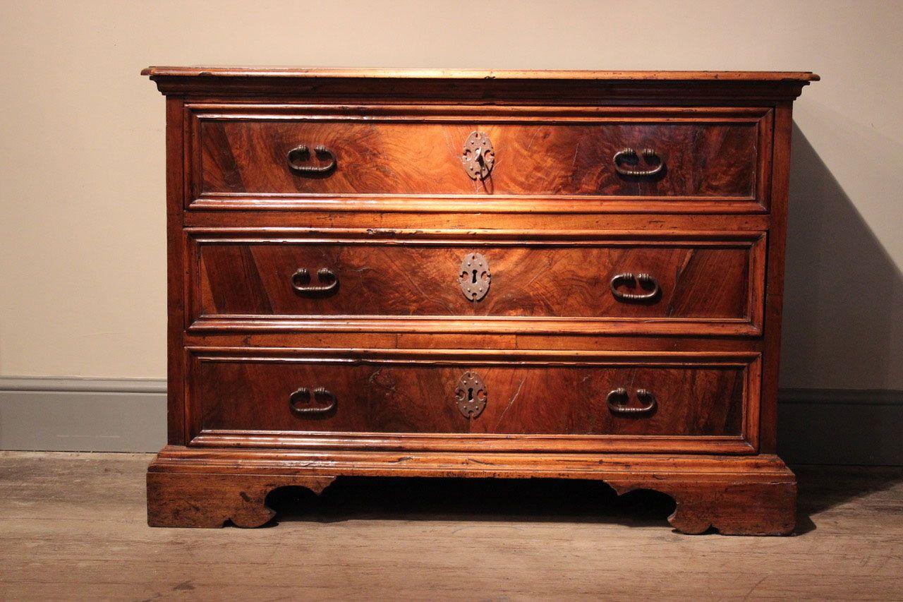 italienische walnuss kommode 1900er bei pamono kaufen. Black Bedroom Furniture Sets. Home Design Ideas