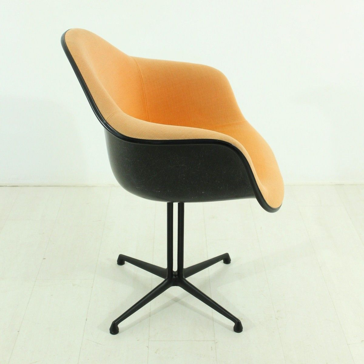 chaise terracotta la fonda vintage par charles ray eames pour vitra en vente sur pamono. Black Bedroom Furniture Sets. Home Design Ideas