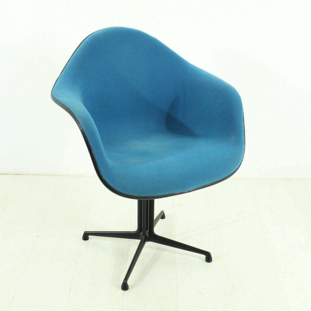 Chaise vintage bleue la fonda par charles ray eames pour for Vitra eames prix