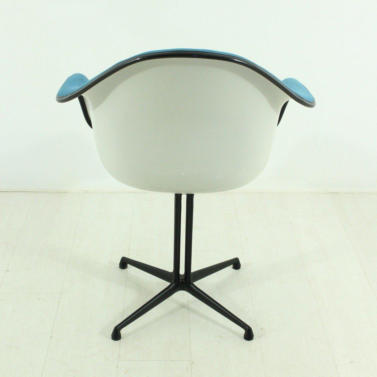 Chaise vintage bleue la fonda par charles ray eames pour for Chaise vitra eames prix