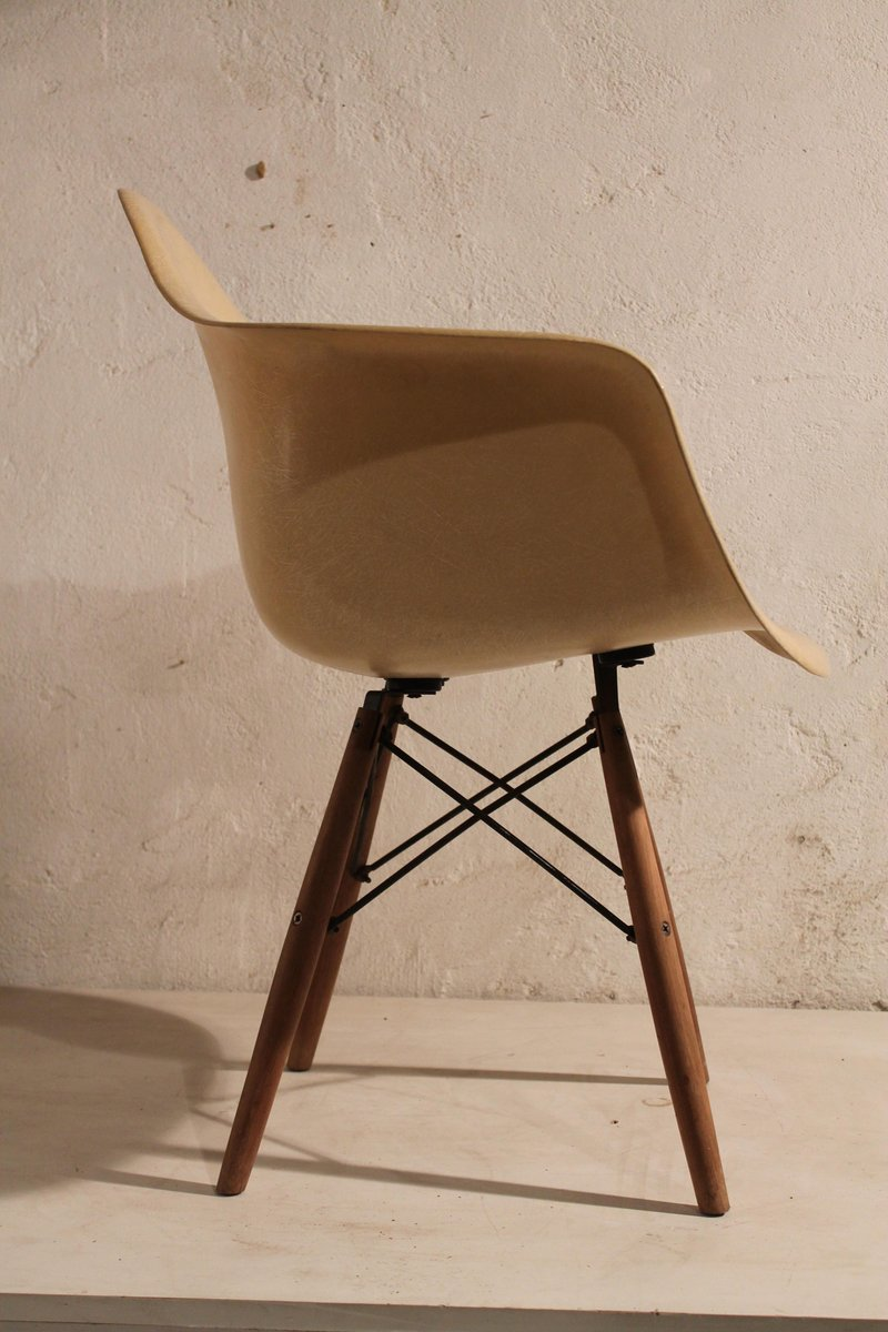 daw chair in beige by charles and ray eames for herman. Black Bedroom Furniture Sets. Home Design Ideas
