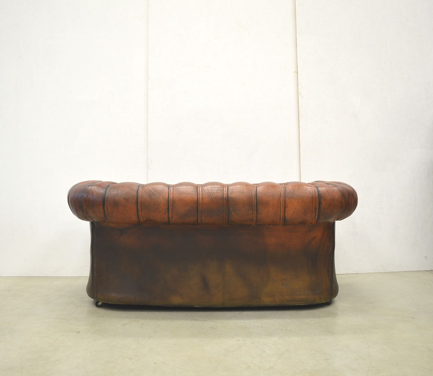 Englisches Art Deco Cognacfarbenes Chesterfield Zwei Sitzer Sofa 1940er Bei Pamono Kaufen