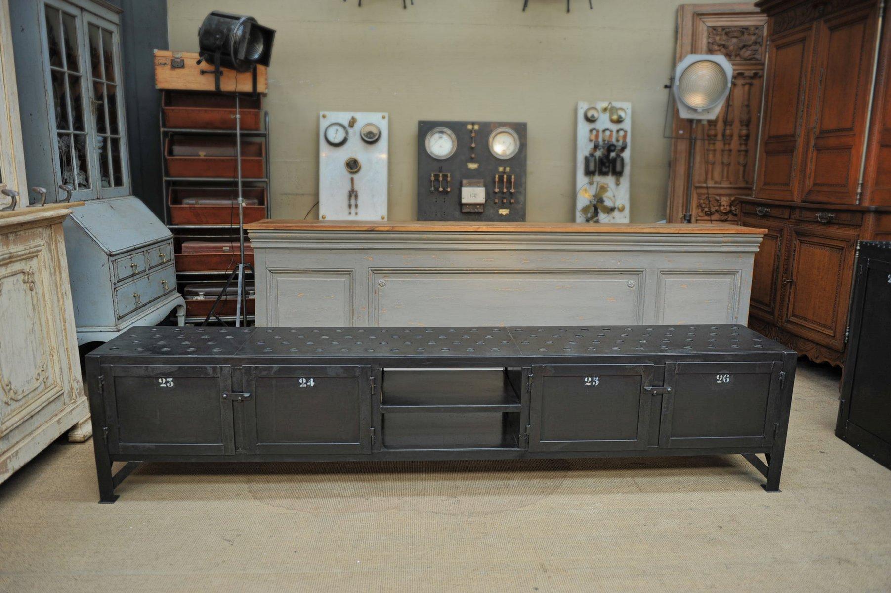 langes industrielles buffet aus metall mit 4 t ren 1950er. Black Bedroom Furniture Sets. Home Design Ideas