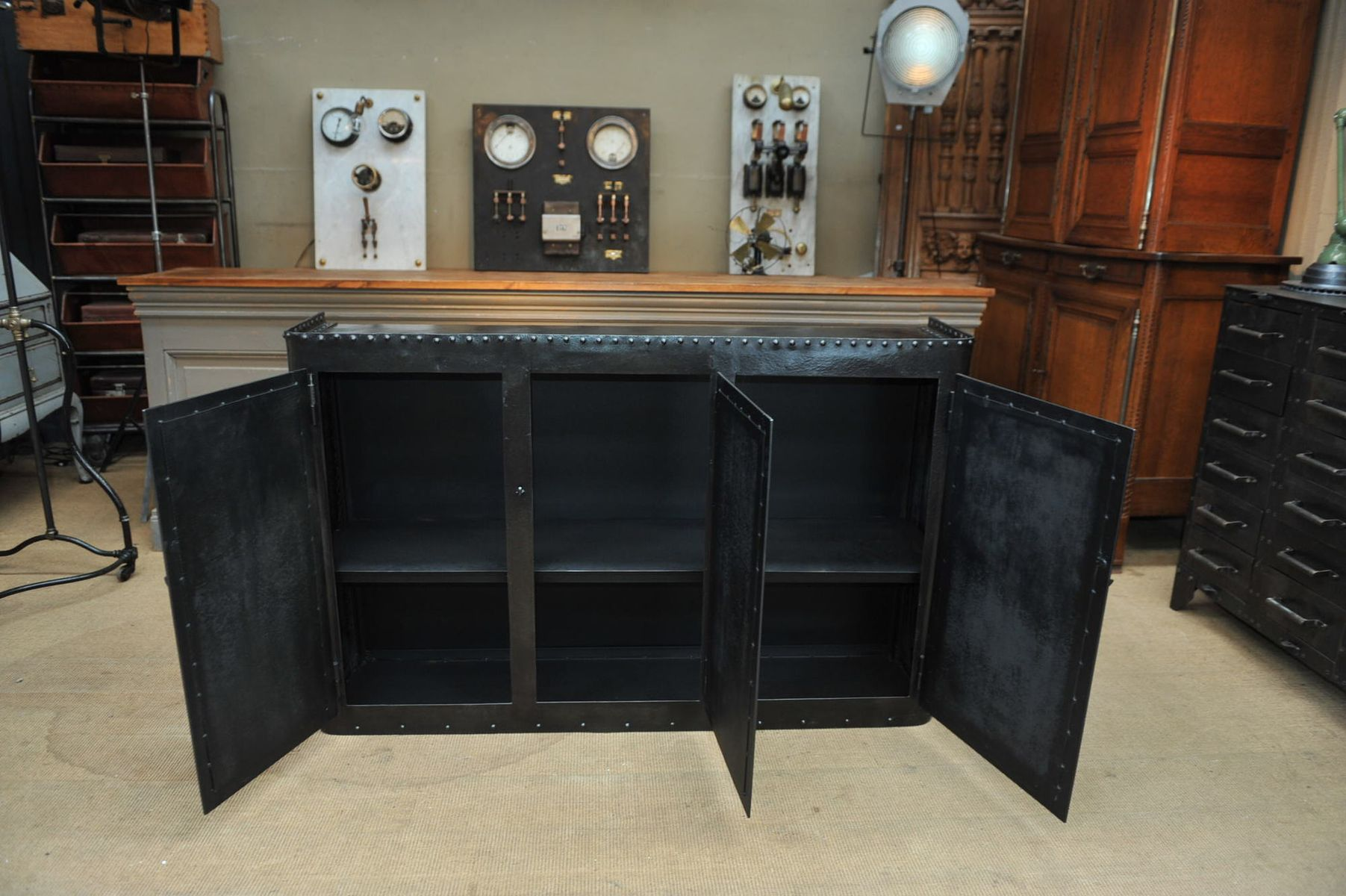industrie buffet mit 3 t ren aus genietetem metall 1900er. Black Bedroom Furniture Sets. Home Design Ideas