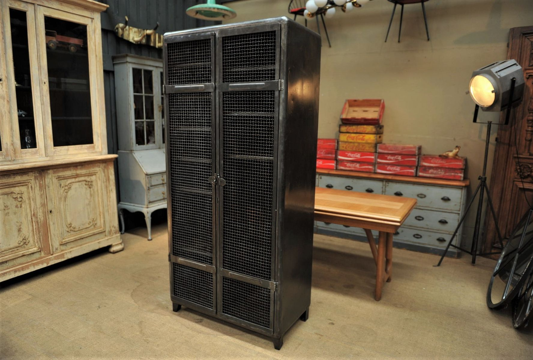 casier industriel avec deux portes grillag es 1950s en. Black Bedroom Furniture Sets. Home Design Ideas