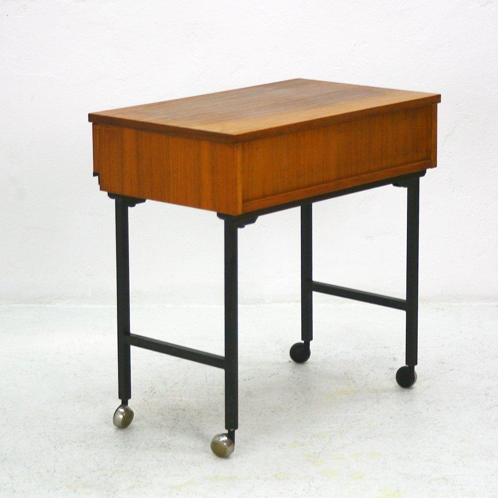 mid century modern nussholz beistelltisch auf rollen bei. Black Bedroom Furniture Sets. Home Design Ideas