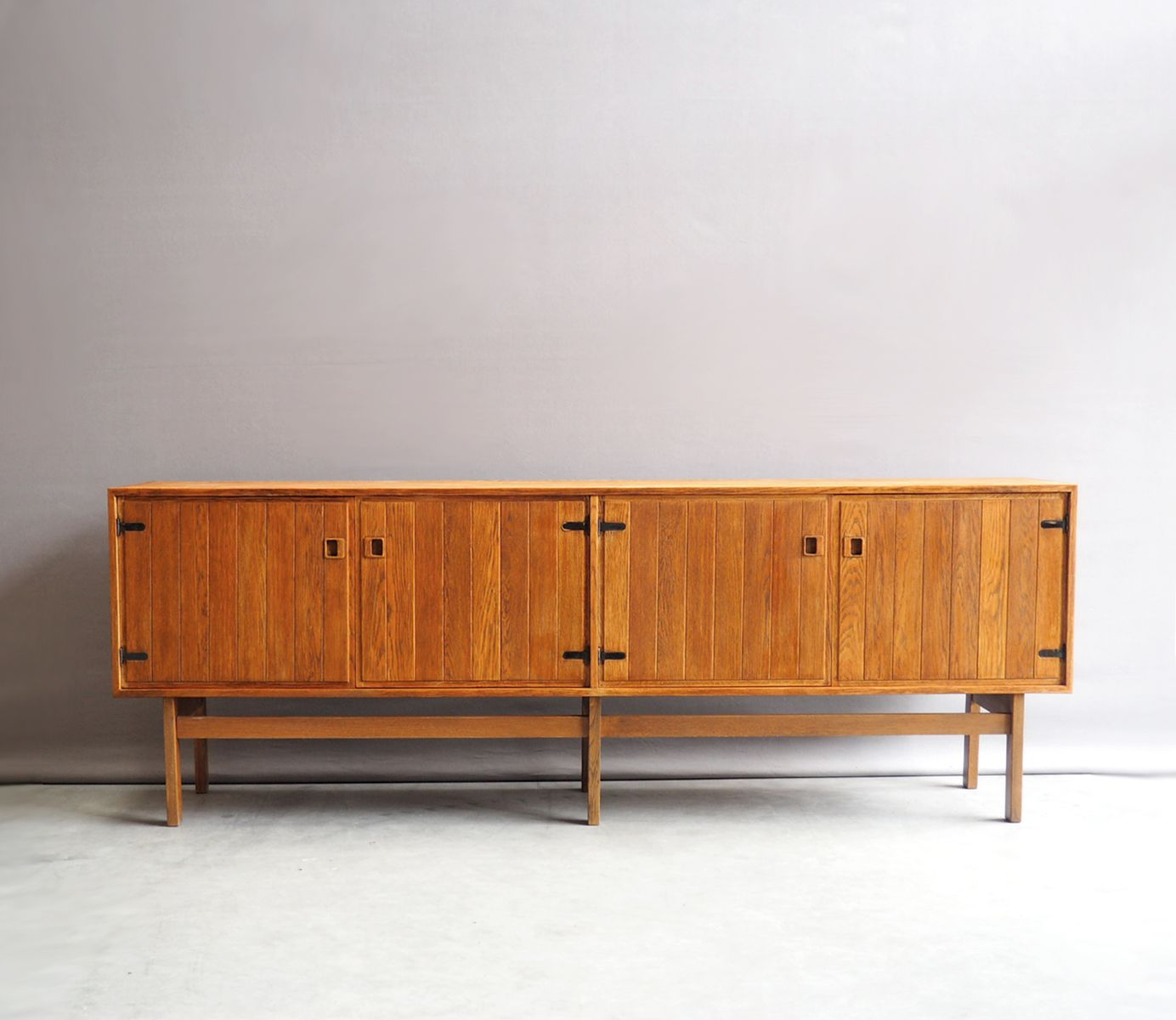 gro es d nisches eichenholz sideboard 1960er bei pamono. Black Bedroom Furniture Sets. Home Design Ideas
