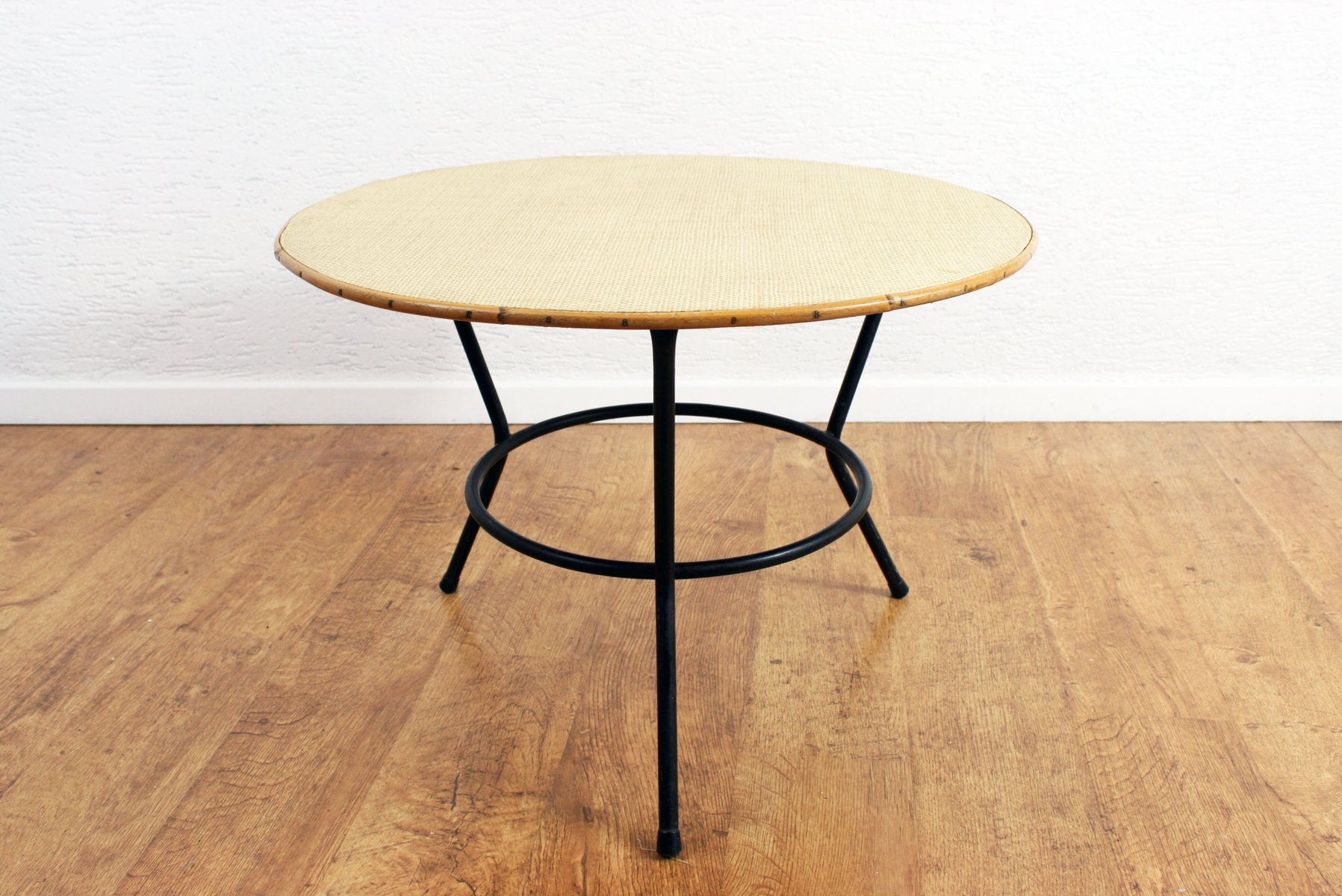 Table basse ronde vintage en rotin avec socle en m tal for Table basse en rotin