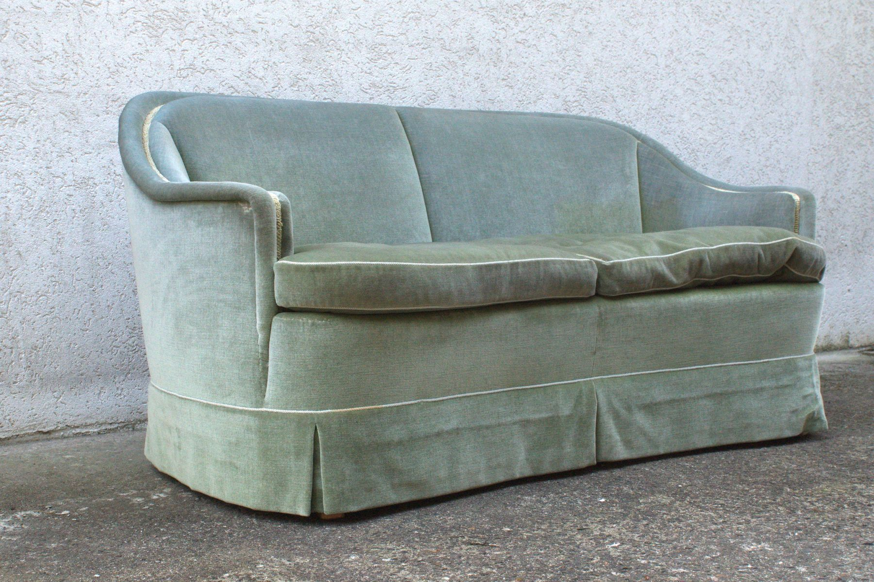 gr nes velours zwei sitzer sofa 1950er bei pamono kaufen. Black Bedroom Furniture Sets. Home Design Ideas