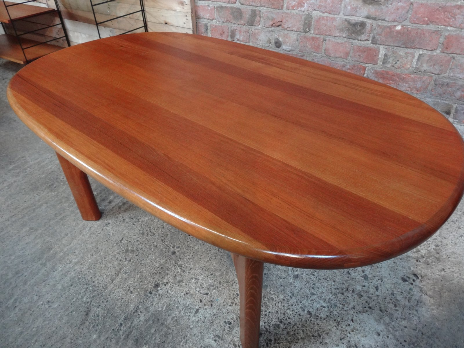 Table basse mid century en teck massif de dyrlund 1970s for Table basse en teck massif