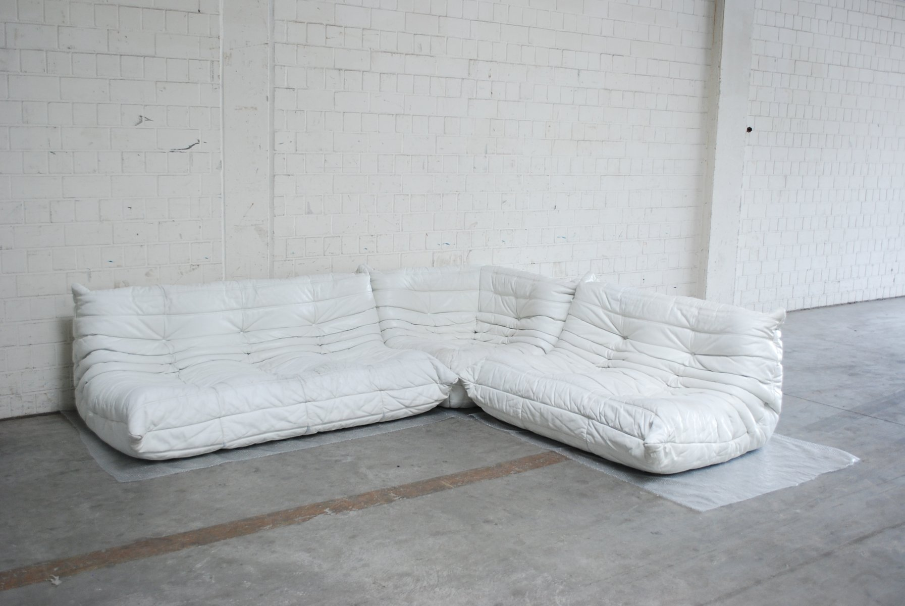 canap modulaire blanc togo en cuir de ligne roset en vente sur pamono. Black Bedroom Furniture Sets. Home Design Ideas