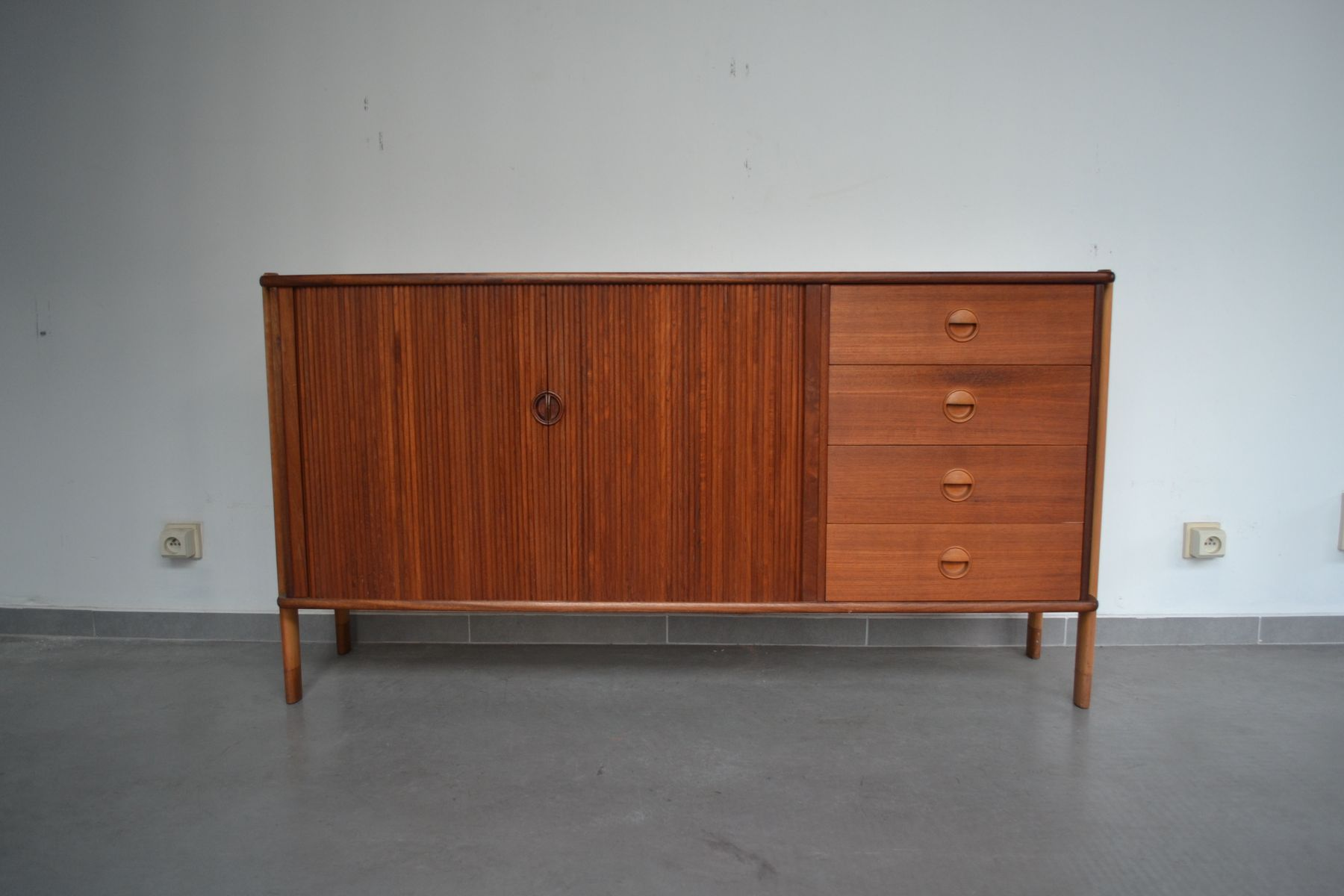d nisches sideboard mit rollt ren 1970er bei pamono kaufen. Black Bedroom Furniture Sets. Home Design Ideas