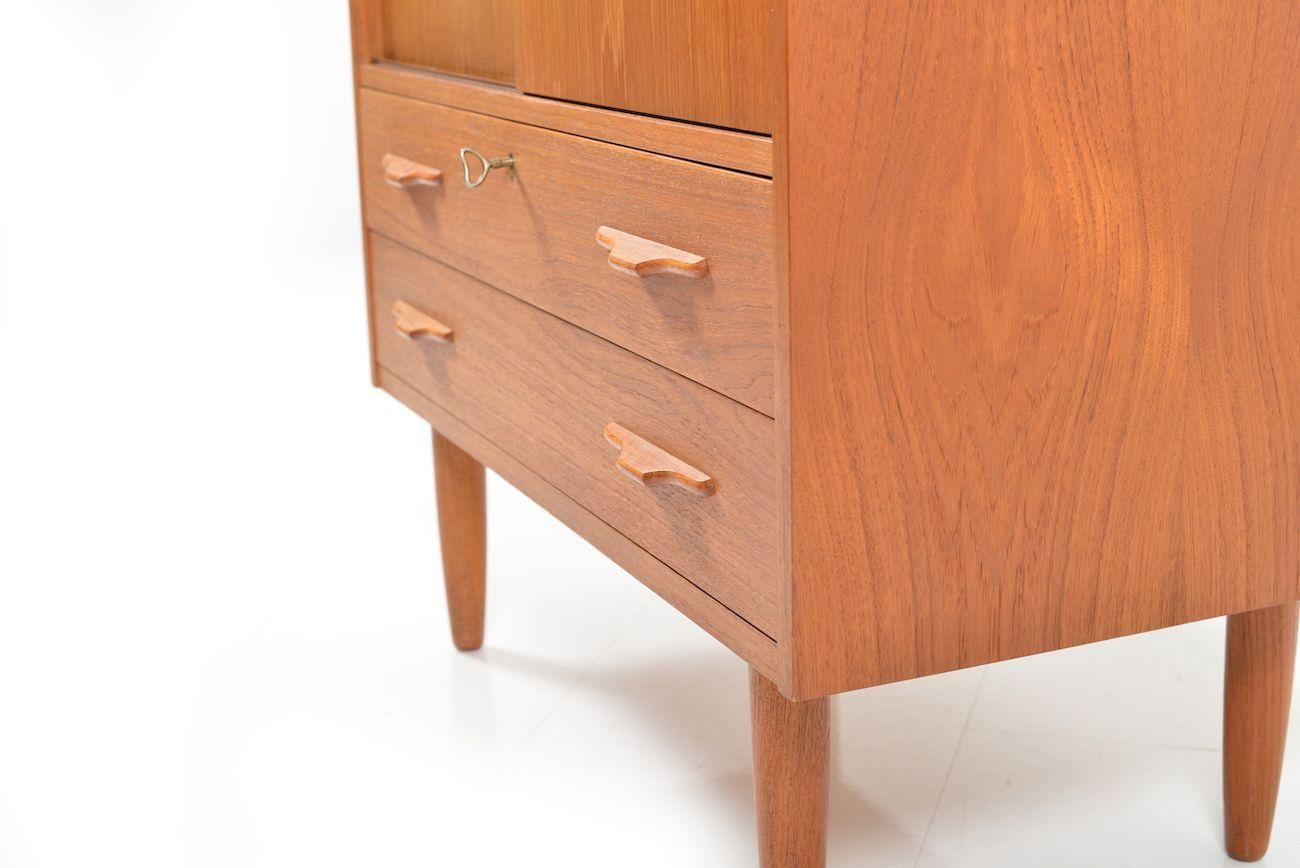 d nischer teak schrank mit schiebet ren 1950er bei pamono kaufen. Black Bedroom Furniture Sets. Home Design Ideas