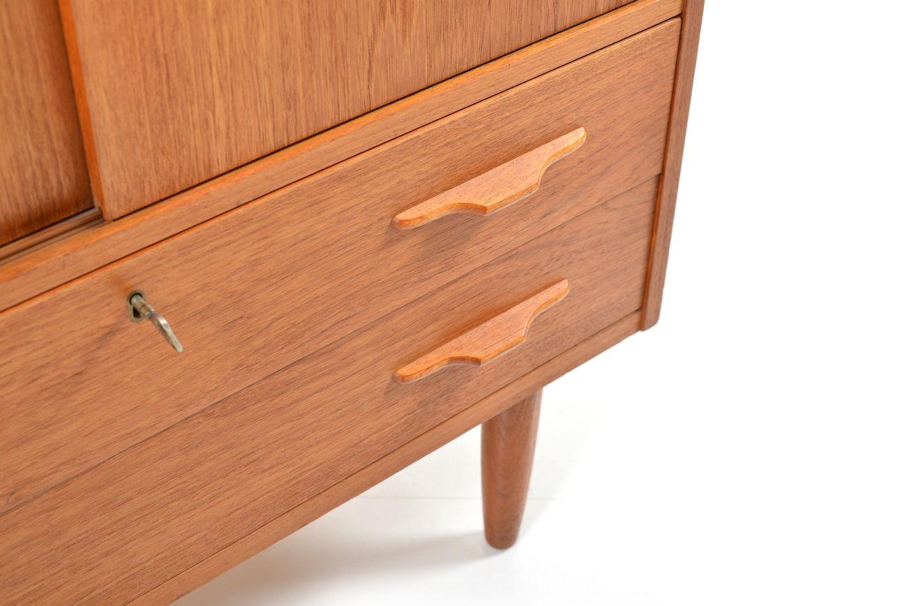 d nischer teak schrank mit schiebet ren 1950er bei pamono. Black Bedroom Furniture Sets. Home Design Ideas