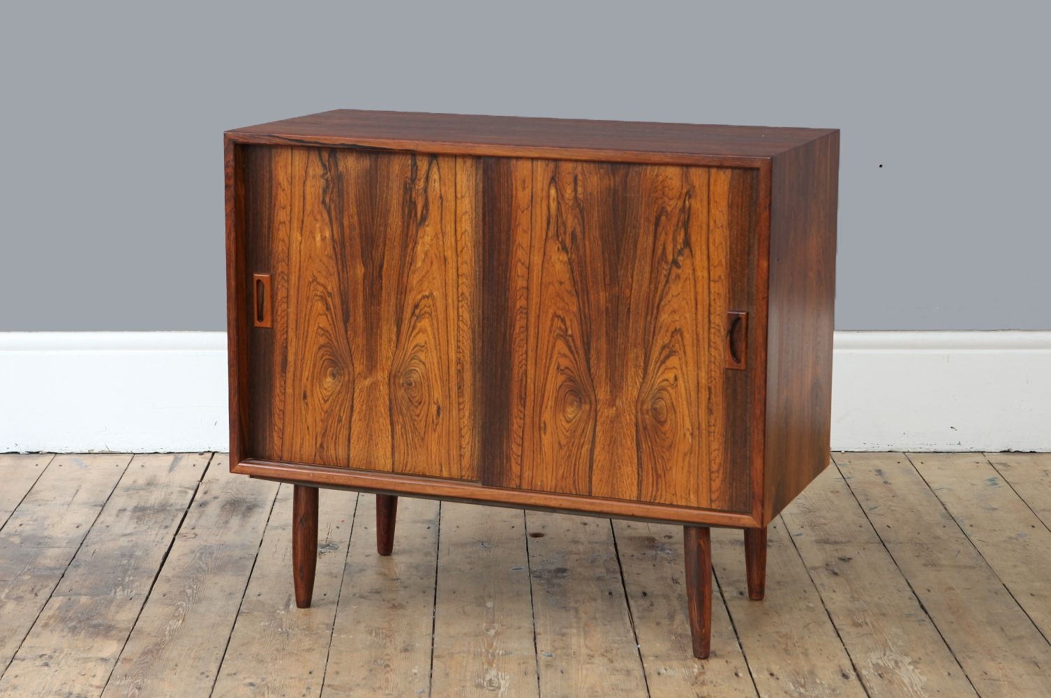 kleines mid century palisander sideboard mit schiebet ren bei pamono kaufen. Black Bedroom Furniture Sets. Home Design Ideas