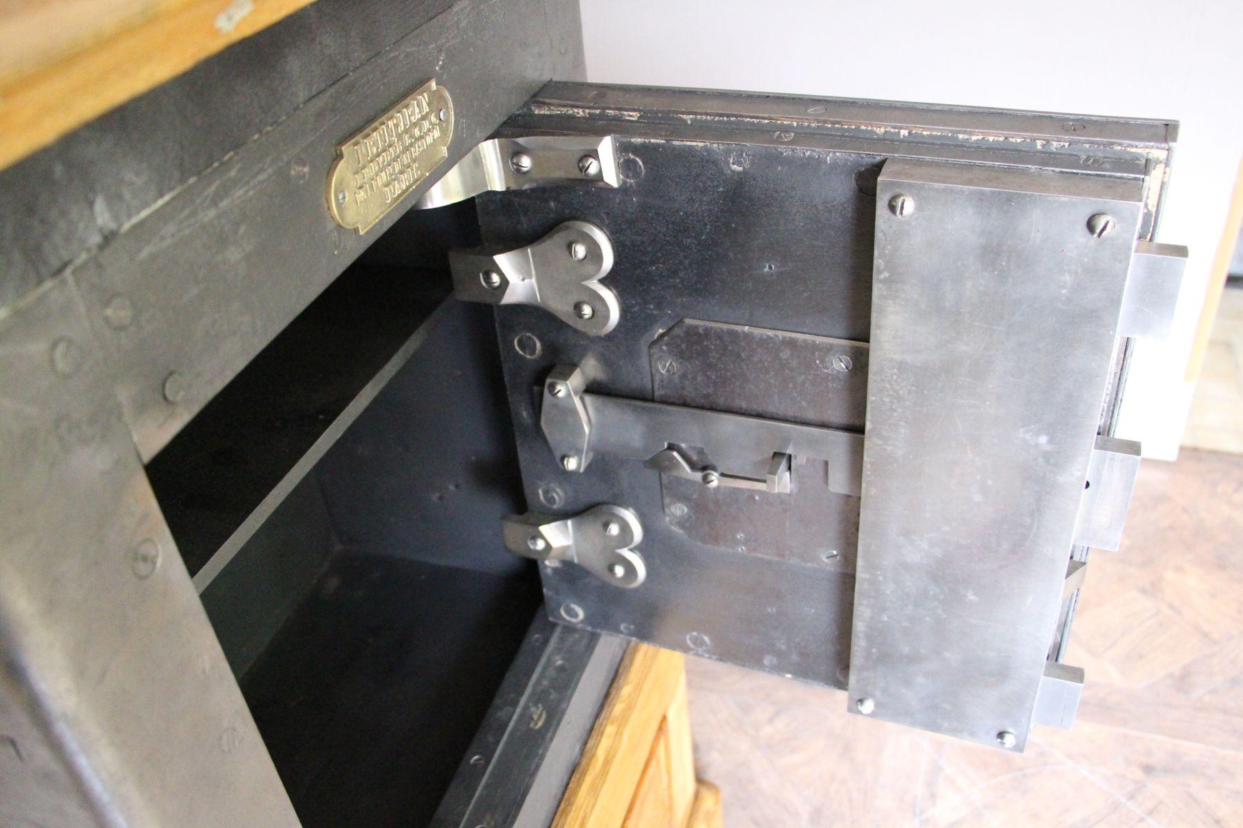 antiker tresor aus schwarzem stahl eisen und holz von. Black Bedroom Furniture Sets. Home Design Ideas
