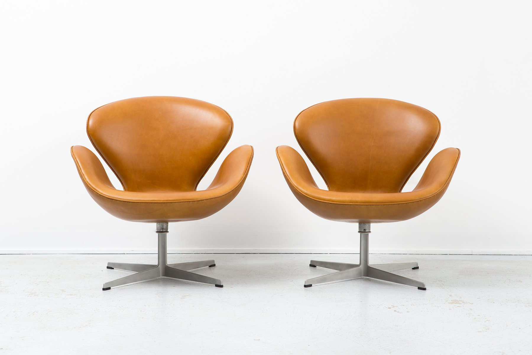 This arne jacobsen swan chair in cognac leather by fritz hansen is no - Swan Chairs By Arne Jacobsen For Fritz Hansen 1950s Set Of 2 11 10 500 00 Price Per Set