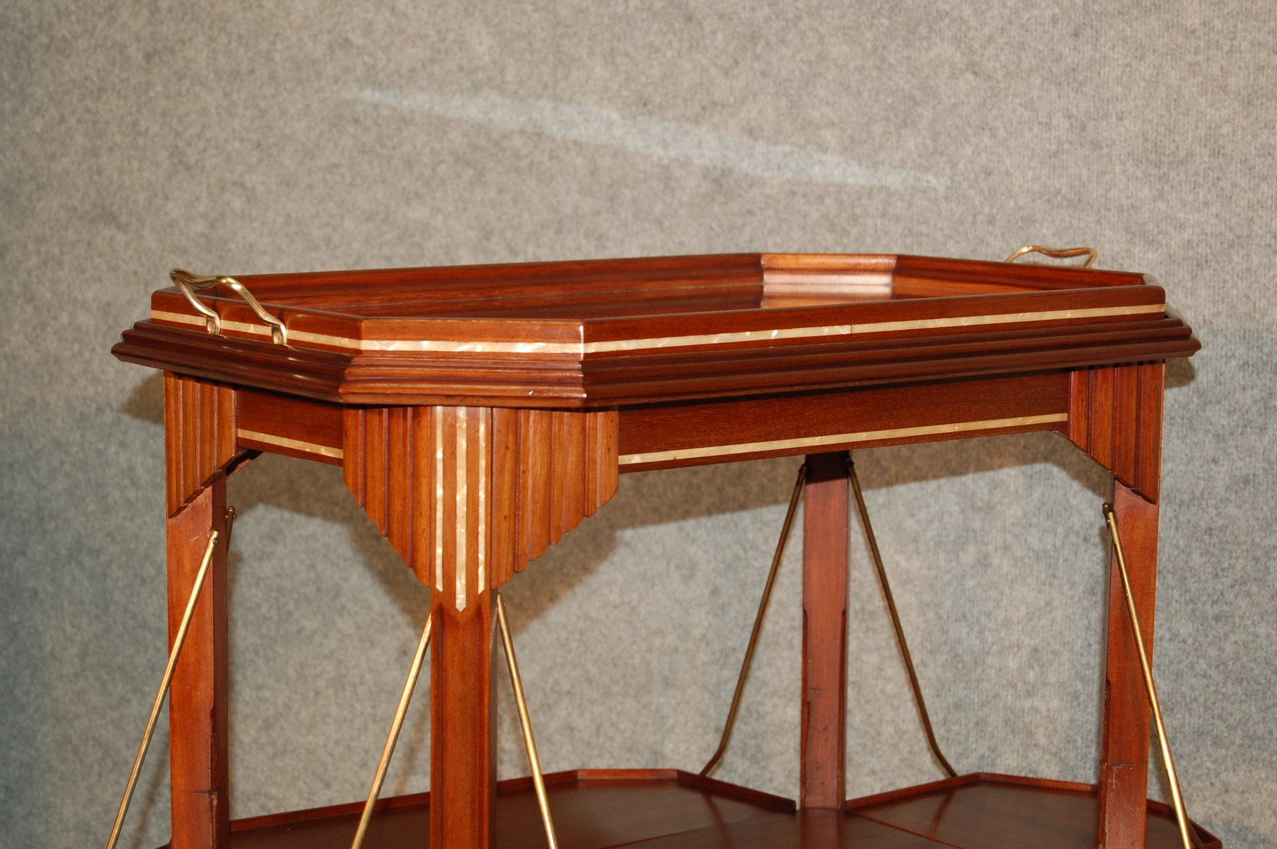 art deco mahagoni beistelltisch mit perlmutt intarsie. Black Bedroom Furniture Sets. Home Design Ideas