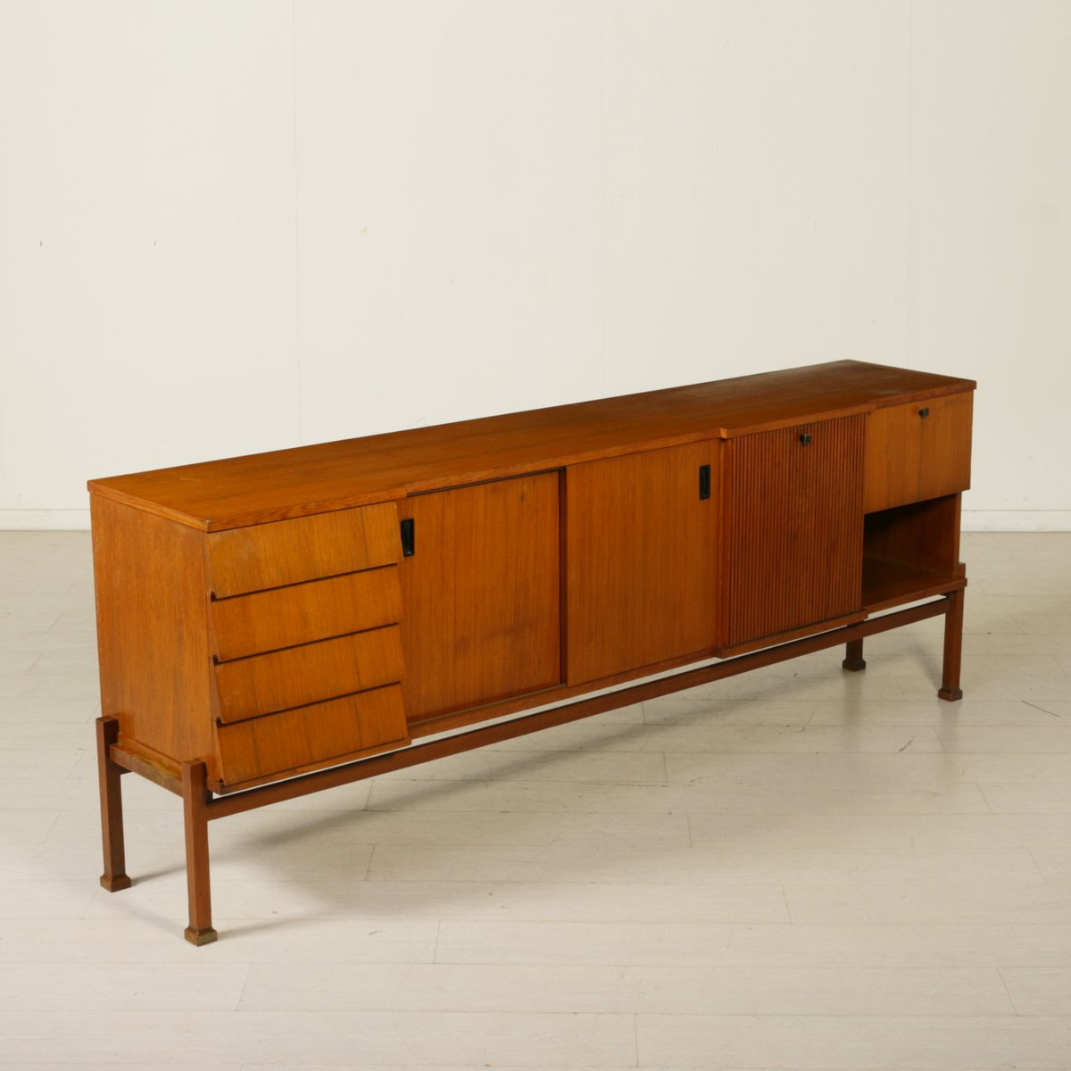 italienisches mid century teak furnier sideboard bei. Black Bedroom Furniture Sets. Home Design Ideas