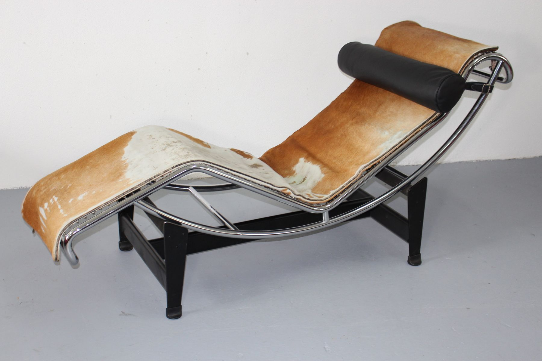 Lc 4 chaise lounge by le corbusier jeanneret and for Chaise lounge corbusier