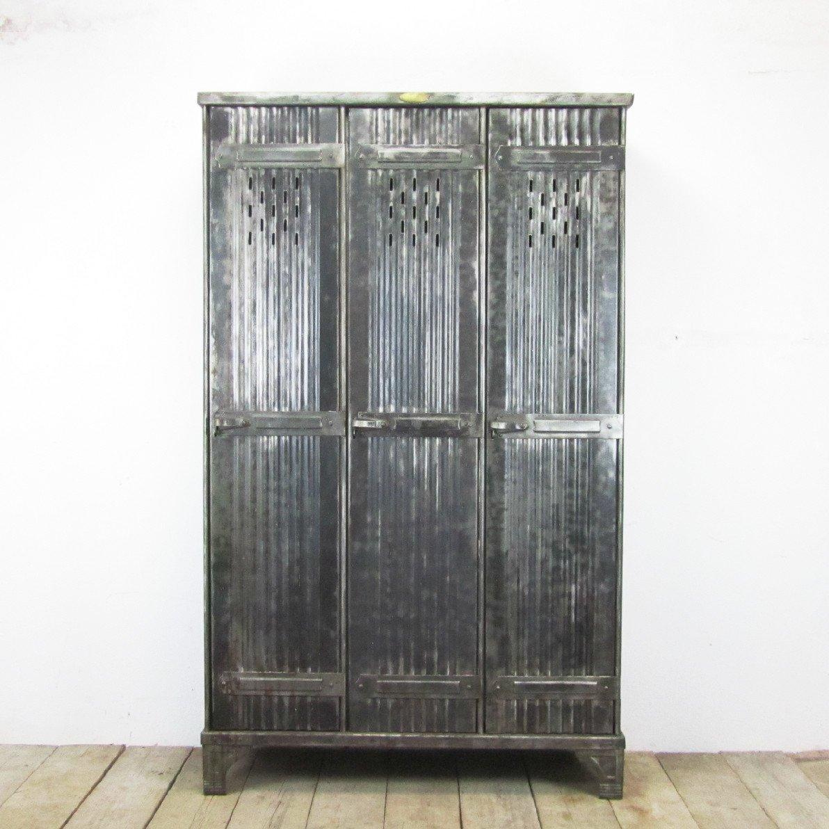 polierter vintage spind mit drei t ren von strafor bei pamono kaufen. Black Bedroom Furniture Sets. Home Design Ideas