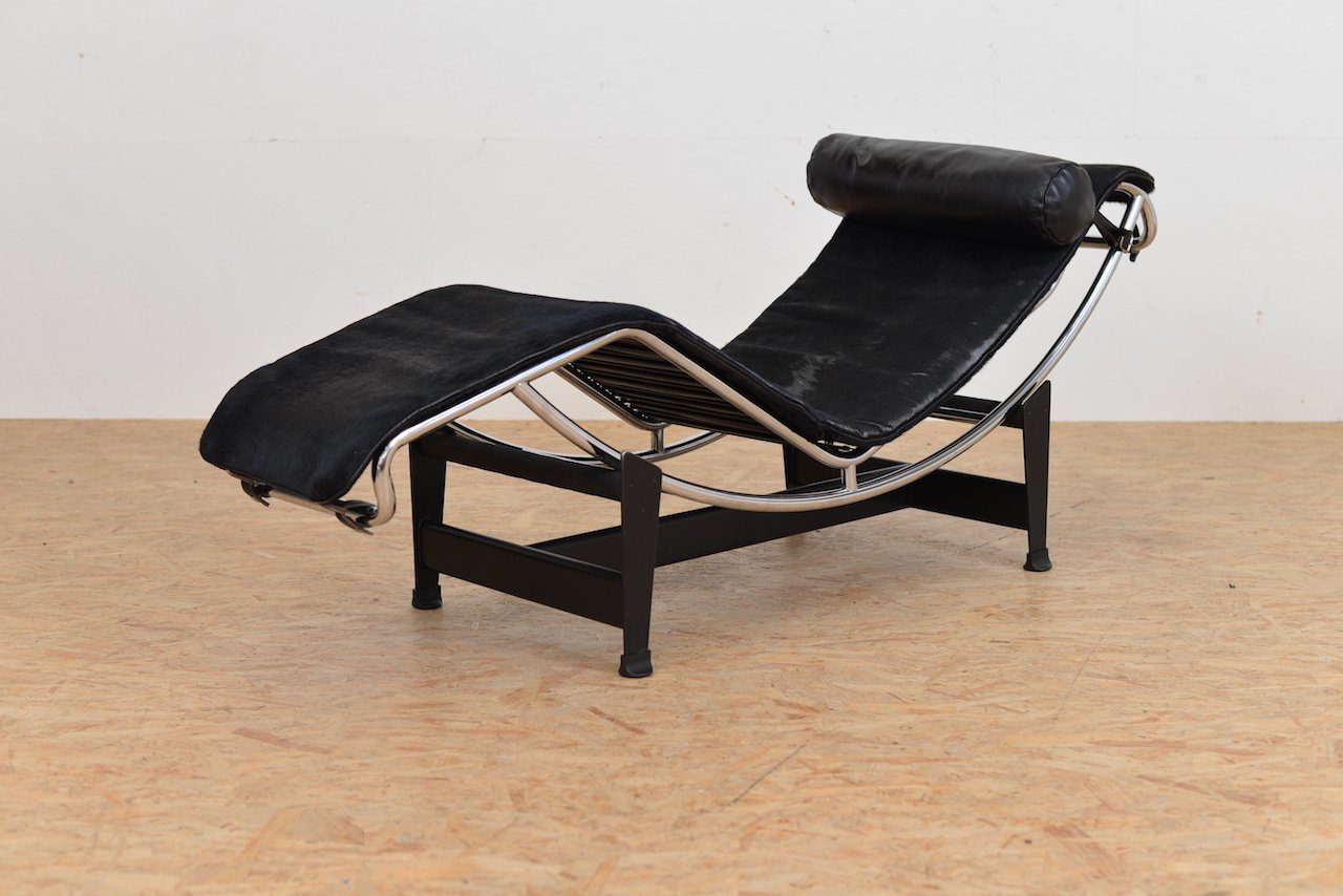 Vintage lc 4 chaise lounge with pony hide by le corbusier for Chaise longue le corbusier precio