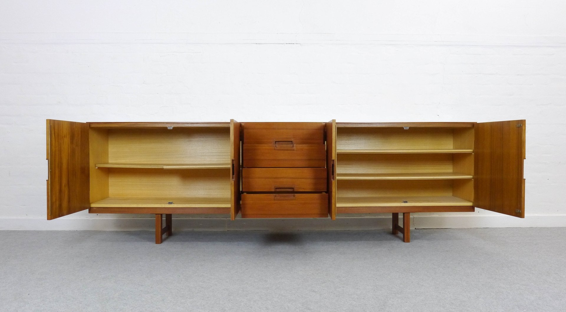 gro es teak sideboard mit vier schubladen 1960er bei pamono kaufen. Black Bedroom Furniture Sets. Home Design Ideas