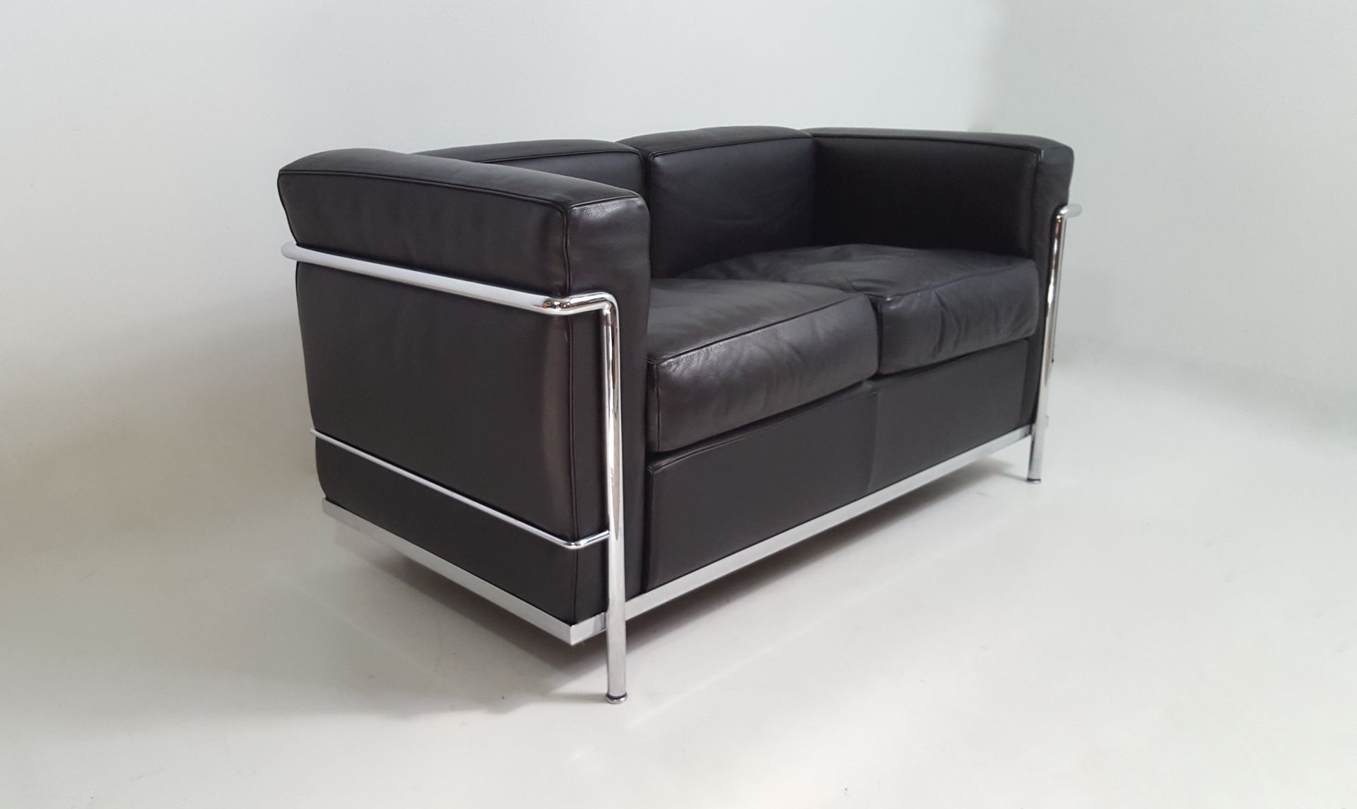 Vintage lc2 black leather sofa by le corbusier for cassina - Canape lc2 le corbusier ...