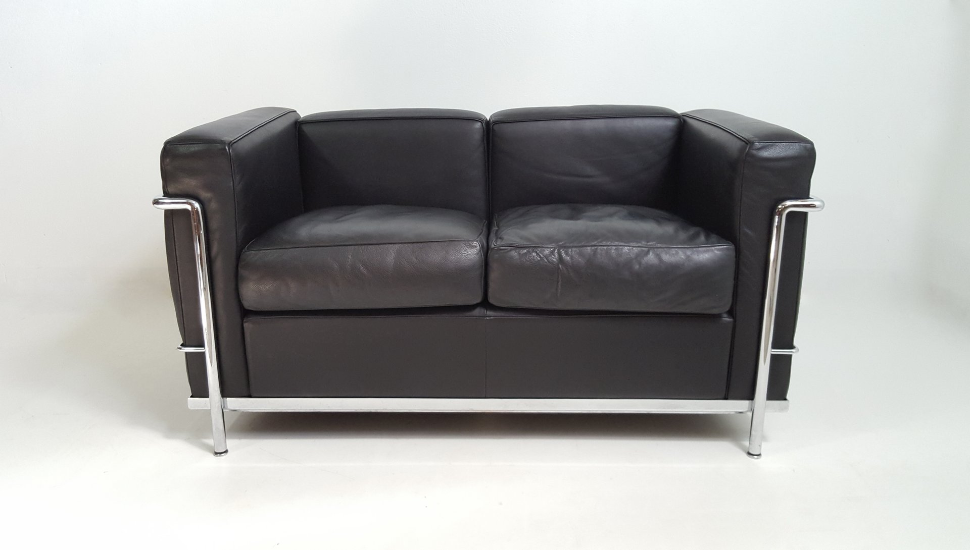 Vintage lc2 black leather sofa by le corbusier for cassina for sale at pamono Le corbusier lc2 sofa