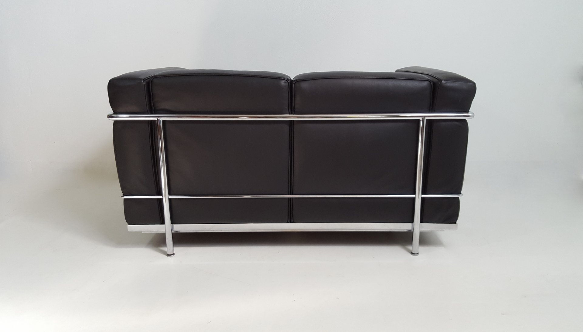 schwarzes vintage lc2 ledersofa von le corbusier f r cassina bei pamono kaufen. Black Bedroom Furniture Sets. Home Design Ideas
