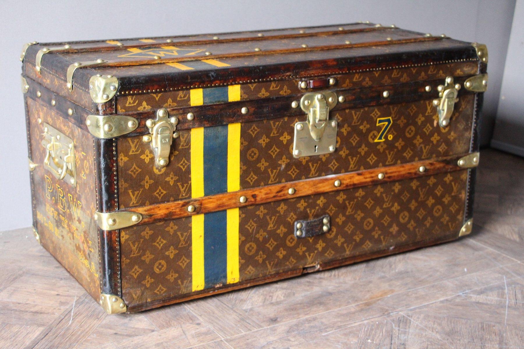 petite malle de voyage monogrammed vintage de louis vuitton en vente sur pamono. Black Bedroom Furniture Sets. Home Design Ideas