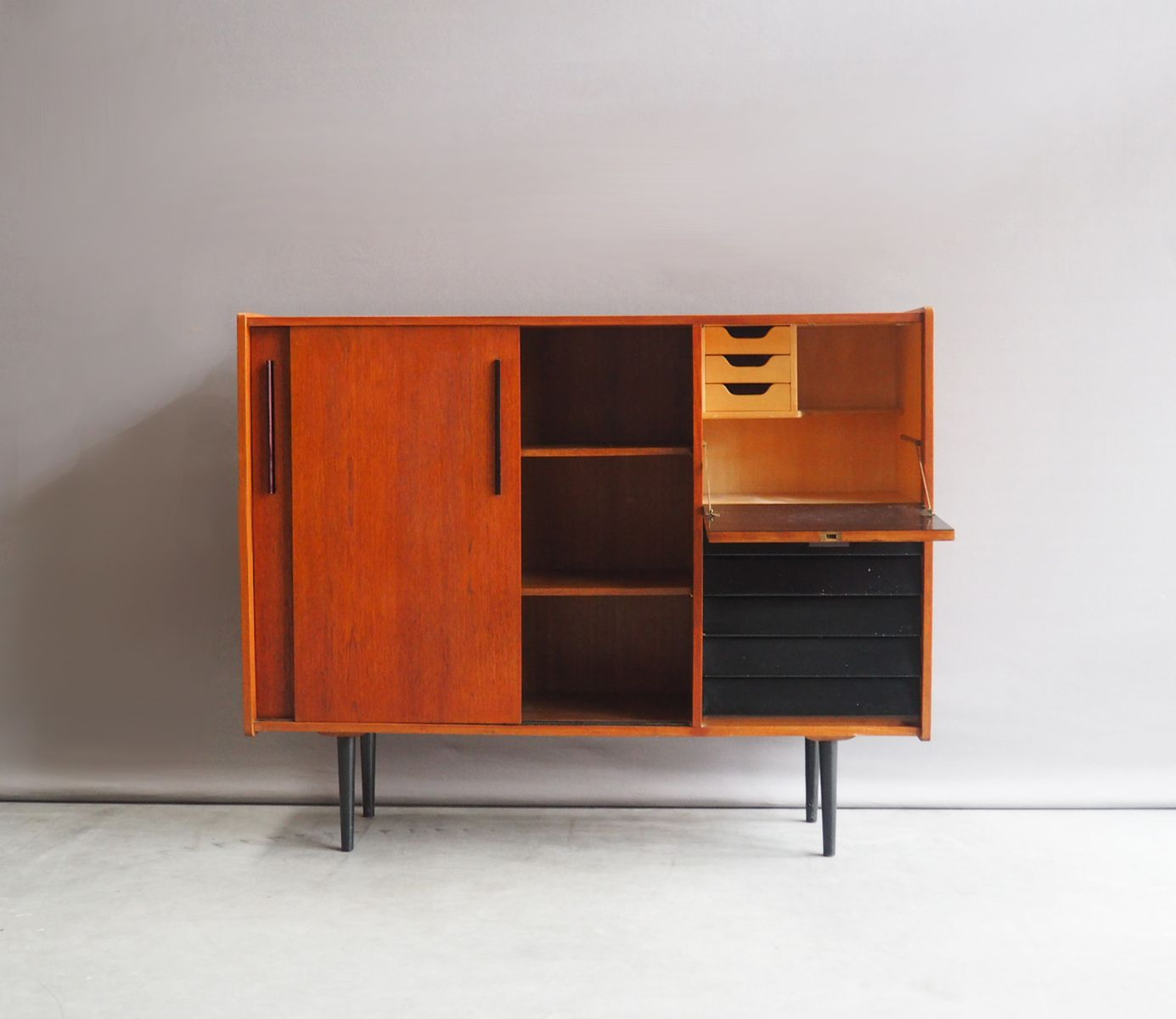 niederl ndisches highboard mit schiebet ren von b sprij 1960er bei pamono kaufen. Black Bedroom Furniture Sets. Home Design Ideas