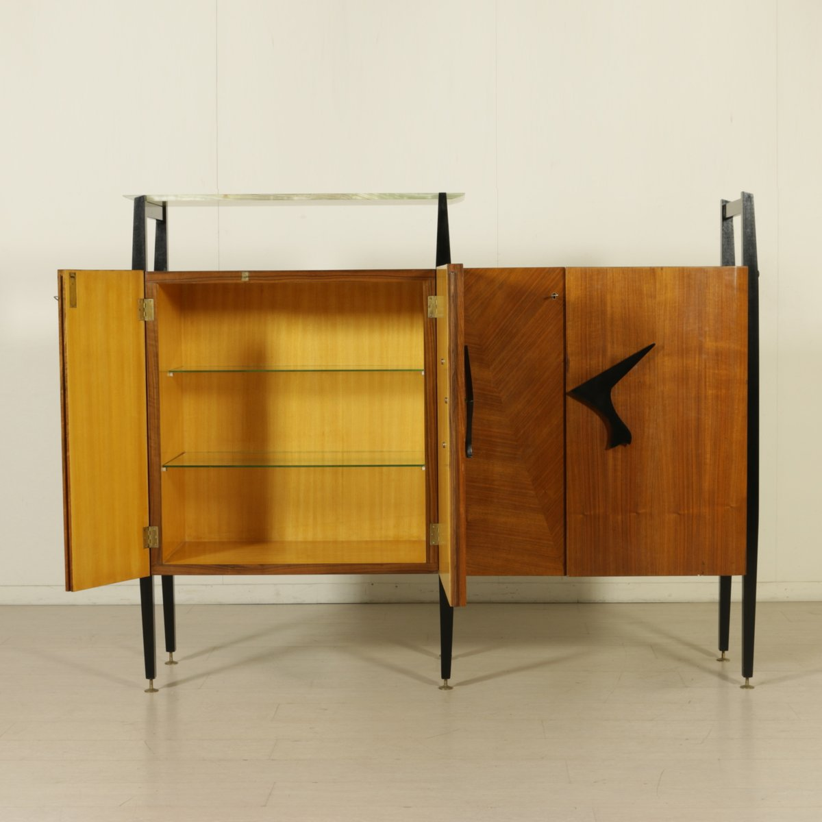 wohnzimmer schrank aus ahorn mahagoni furnier 1950er bei pamono kaufen. Black Bedroom Furniture Sets. Home Design Ideas
